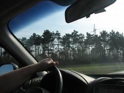 Außendienstler beim Autofahren